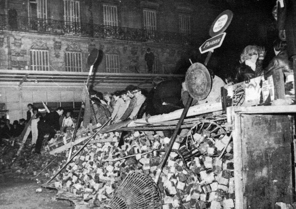 Mai 68, Ce qui avait commencé comme un mouvement étudiant s'était transformé, pendant « la nuit des barricades », en une gigantesque confrontation sociale. Img quefaire.lautre.net
